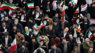 Des manifestants pro-gouvernementaux brandissant des drapeaux et des portraits de l'ayatollah Khamenei, le 25 novembre 2019.