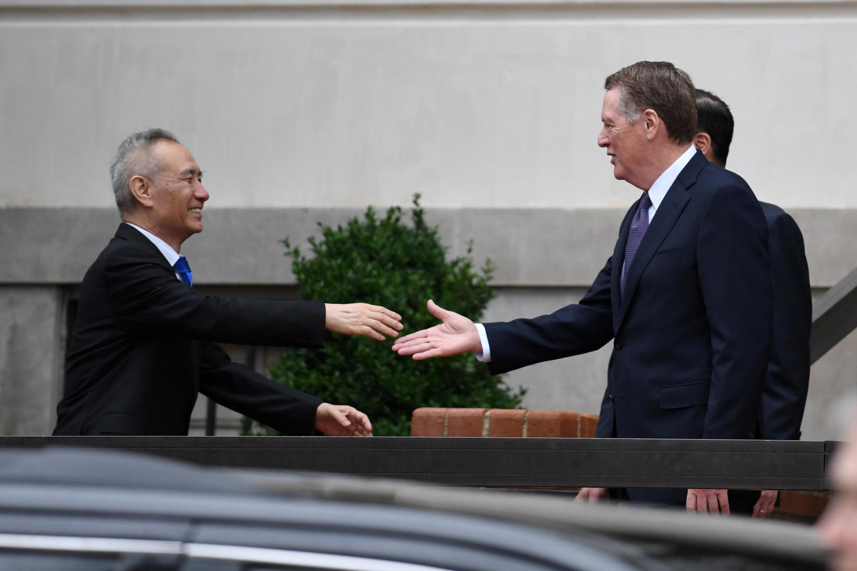 Phó thủ tướng Trung Quốc Lưu Hạc (Liu He) (T) bắt tay bộ trưởng Thương Mại Mỹ Robert Lighthizer, Washington, 10/05/2019.