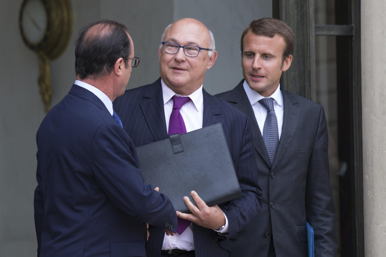 Da esquerda para a direita, o presidente François Hollande e os ministros Michel Sapin (Finanças Públicas) e Emmanuel Macron (Economia).