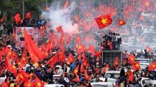 Biển người hâm mộ trên đường phố Hà Nội chào đón các tuyển thủ U23 Việt Nam về nước ngày 28/01/2018.