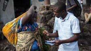 Un membre de La Lucha distribue des tracts pour soutenir la cause du mouvement citoyen, le 24 avril 2015, à Goma.