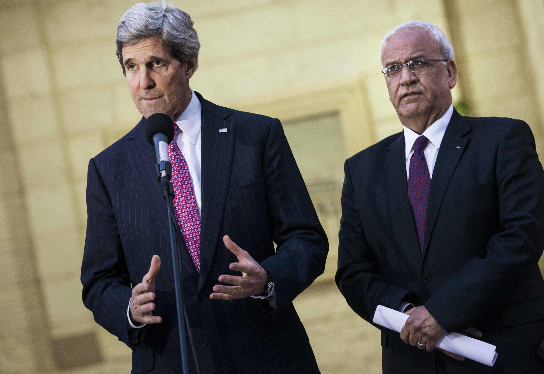 Le secrétaire d'Etat américain John Kerry et le négociateur palestinien Saeb Erekat, à Ramallah, le 4 janvier 2014.