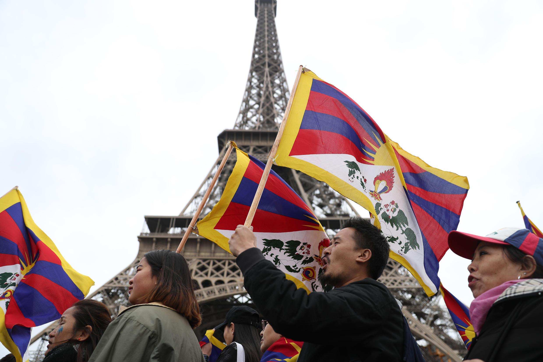 Тибетцы, уйгуры и китайские христиане протестуют в Париже в связи с визитом Си Цзиньпина