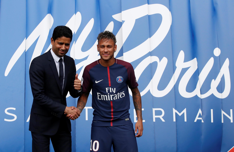 Nasser Al-Khelaifi, patrão do PSG com a sua nova recruta, o brasileiro Neymar a 4 de Agosto de 2017.