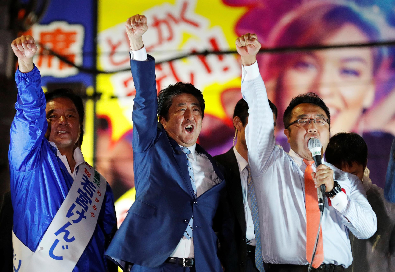 Thủ tướng Nhật Bản Shinzo Abe (g) trong cuộc mít tinh vận động tranh cử quốc hội tại Tokyo (Nhật Bản) ngày 20/10/2017.
