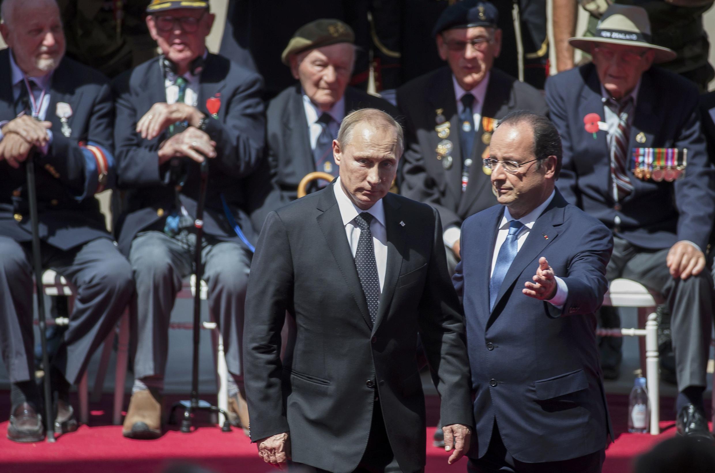 Tổng thống Pháp François Hollande (P) tiếp đồng nhiệm Nga Vladimir Putin nhân kỷ niệm 70 năm ngày quân minh đổ bộ lên Normandie.