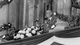 Le général de Gaulle au balcon de l'hôtel de ville de Montréal, le 24 juillet 1967.