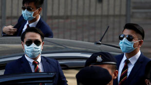Trois des sept policiers hongkongais poursuivis pour le passage à tabac, lors de arrivée au tribunal. Hong Kong, le 14 février 2017.