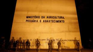 Soldados do Exército em frente ao Ministério da Agricultura, em Brasília, em 24 de maio de 2017.