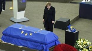 Kansela wa Ujerumani Angela Merkel akitoa heshima za mwisho kwa  aliyekuwa Kansela wa nchi hiyo Helmut Kohl, katika bunge la Umoja wa Ulaya Julai 1 2017