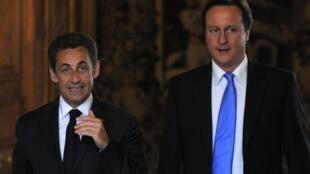 A Londres, le président Nicolas Sarkozy (g) sera accompagné par le Premier ministre britannique David Cameron.