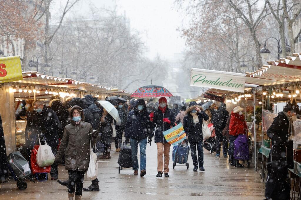 Снег не повлиял на работу магазинов и рынков, которые с этой субботы должны закрываться на два часа раньше - в 18:00 - из-за комендантского часа