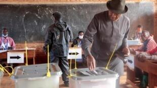 Le leader du CNL, Agathon Rwasa, dans un bureau de vote de Ngozi au Burundi le 20 mai 2020.