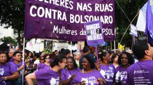 Des militants féministes manifestent contre le président brésilien Jair Bolsonaro, à Rio de Janeiro le 9 mars 2020.