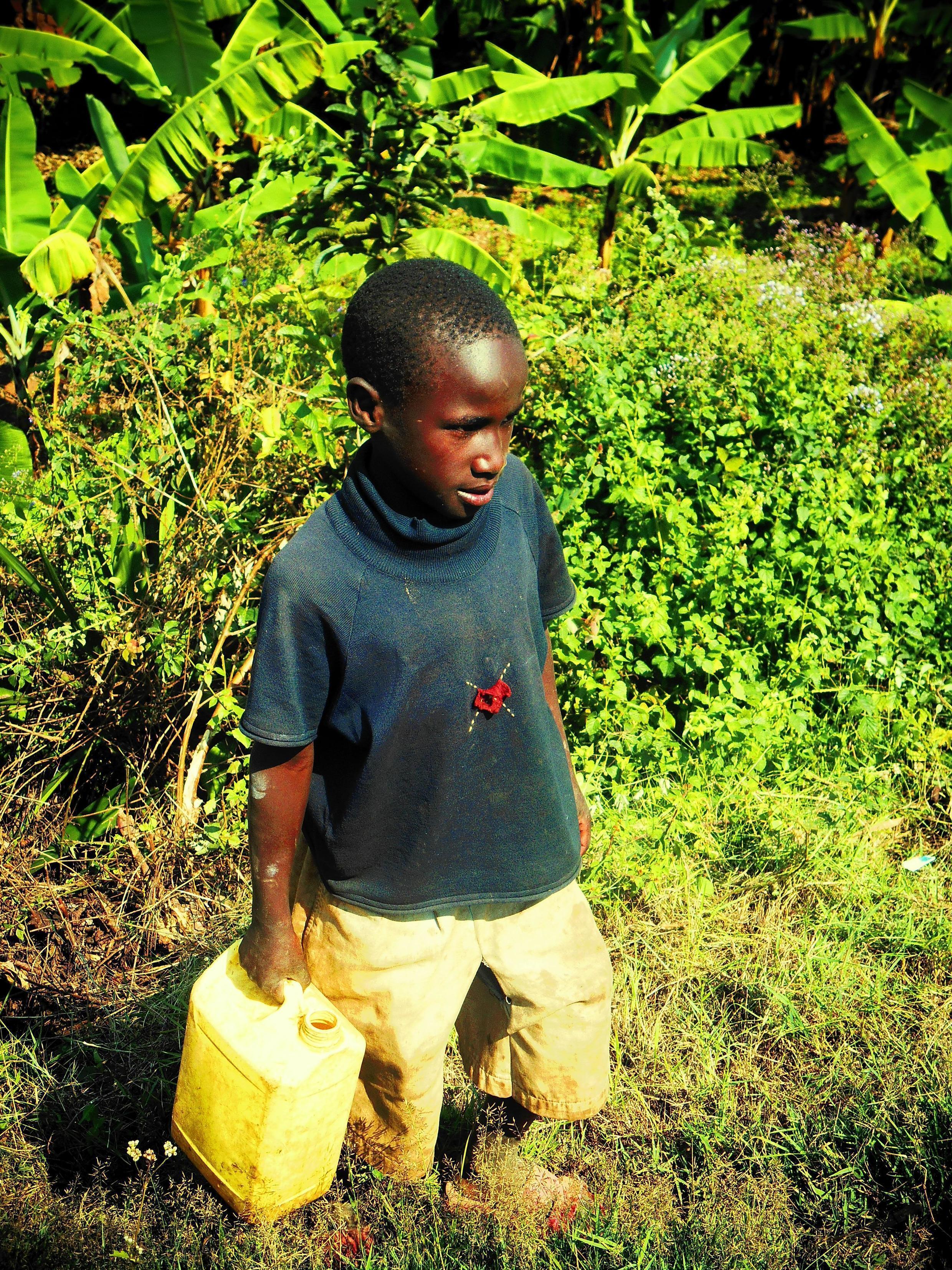 Руандийский мальчик в сельской местности
