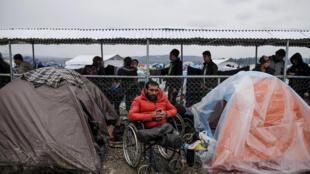 Refugiado sírio em um acampamento improvisado para refugiados e migrantes na fronteira greco-macedônia perto da cidade de Idomeni, na Grécia, 16/03/16