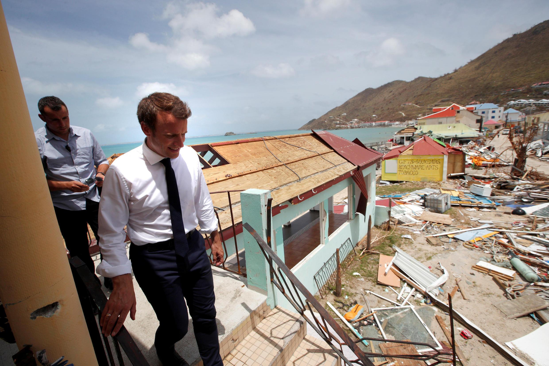 Le président Macron à Saint-Martin, le 12 septembre 2017, devant des habitations détruites par l'ouragan Irma.