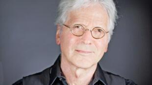"""Portrait de Jean Sommer qui publie """"La voix"""" aux éditions J.-C. Lattès."""