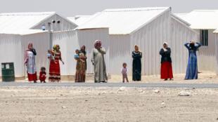 Des réfugiés syriens sur la route, face au camp d'Azraq, à 100 km d'Amman.