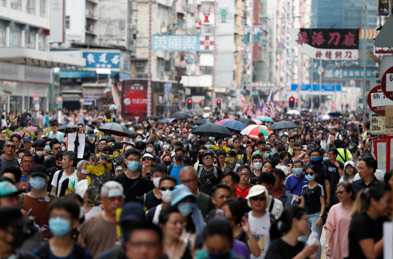 Militantes desafiam as autoridades e participam de marcha no bairro operário de Sham Shui Po, em Kowloon, Hong Kong.