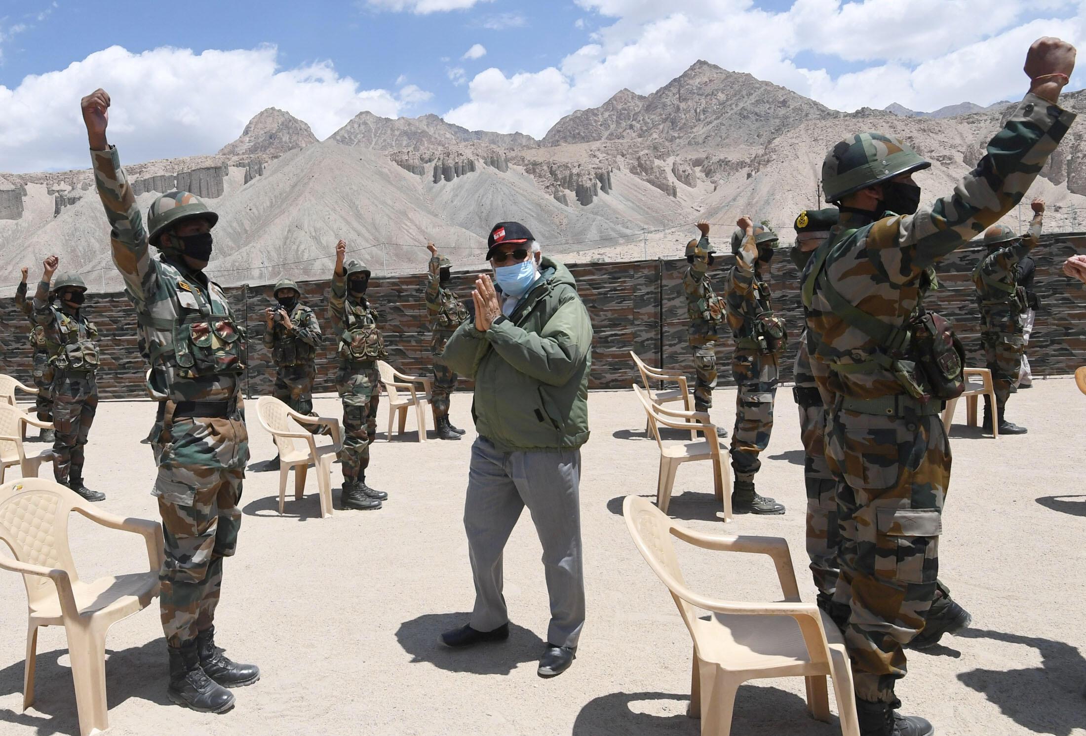 印度总理莫迪2020年7月3日视察印中边境军队。