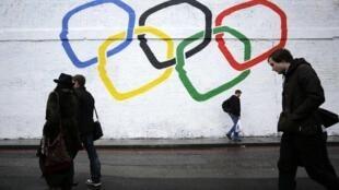 Painel mostra anéis olímpicos em Londres.