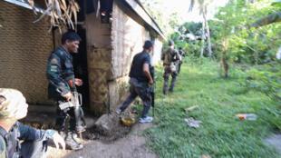 (Ảnh minh họa) Quân đội và cảnh sát Philippines truy tìm nhóm Hồi Giáo cực đoan trên đảo Bohol, ngày 11/04/2017.