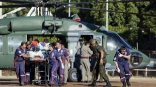 Evacuação de uma vítima do incêndio de Santa Maria, le 27 janvier 2013.