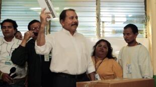 Daniel Ortega vote à Managua, le 6 novembre 2011.