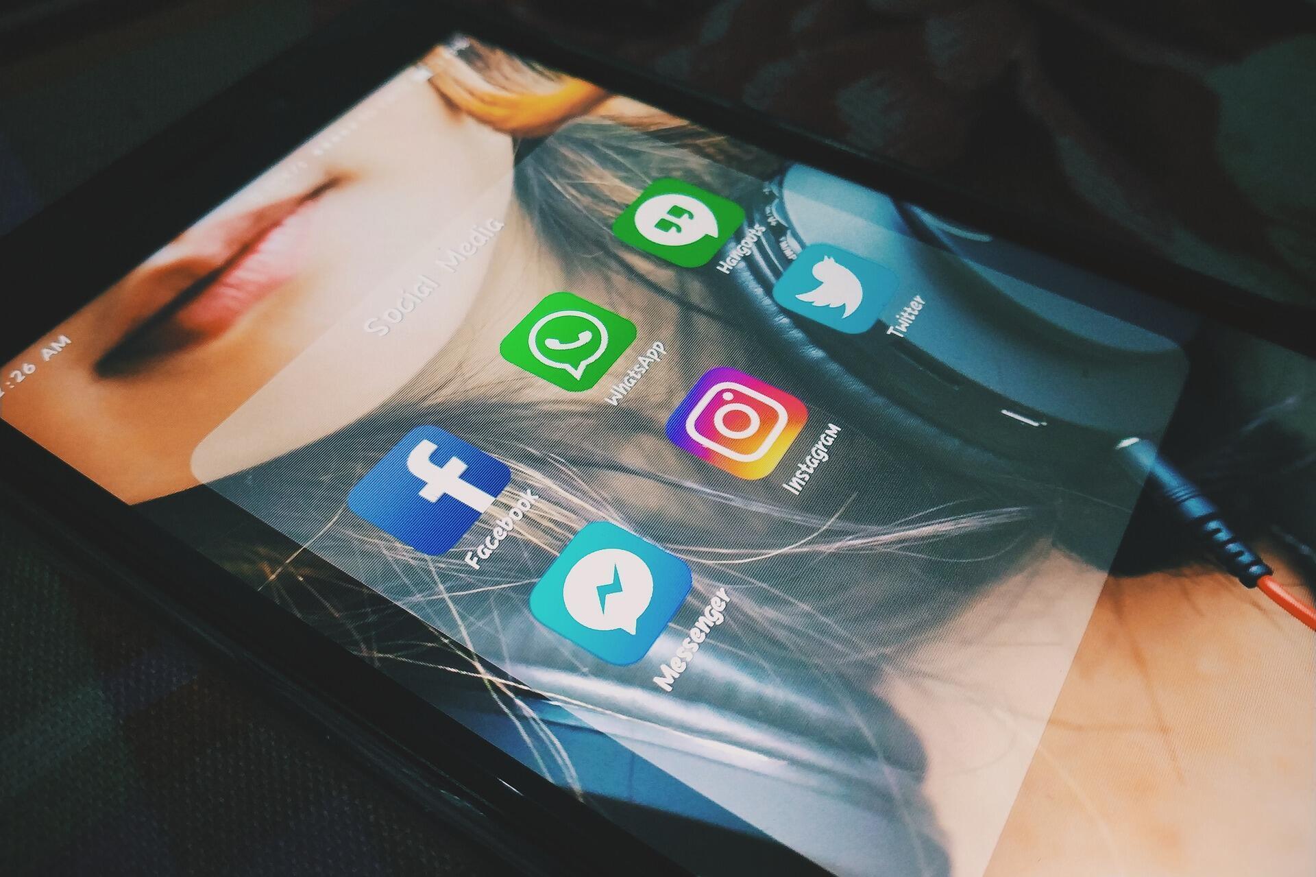 Adolescentes recrutadas em redes sociais, atraídas pelo dinheiro e depois escravizadas por uma rede dirigida por homens na faixa dos vinte anos.