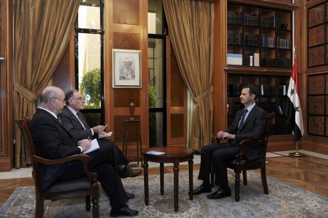 Tổng thống Syria Bashar al-Assad (bên phải) trả lời phỏng vấn các ký giả Arhentina tại Damas, Syria.