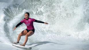 La Française Johanne Defay surfe lors de l'épreuve du Roxy Pro France 2019, le 11 octobre 2019 à Capbreton