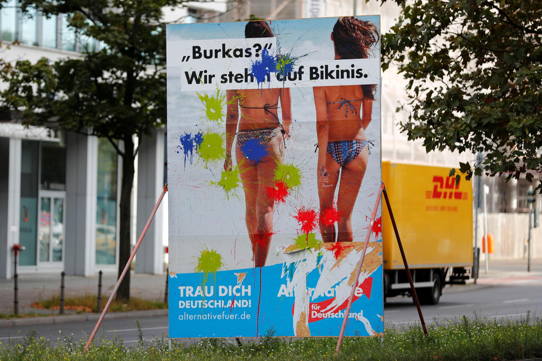 """Плакат партии АдГ с надписью: """"Бурка? Мы выбираем бикини"""""""