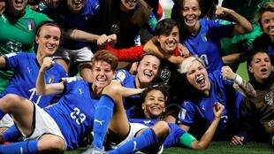 Sara Gama, Manuela Giugliano e companheiros de equipe da Itália comemoram após o jogo Itália x Brasil. 18/06/19