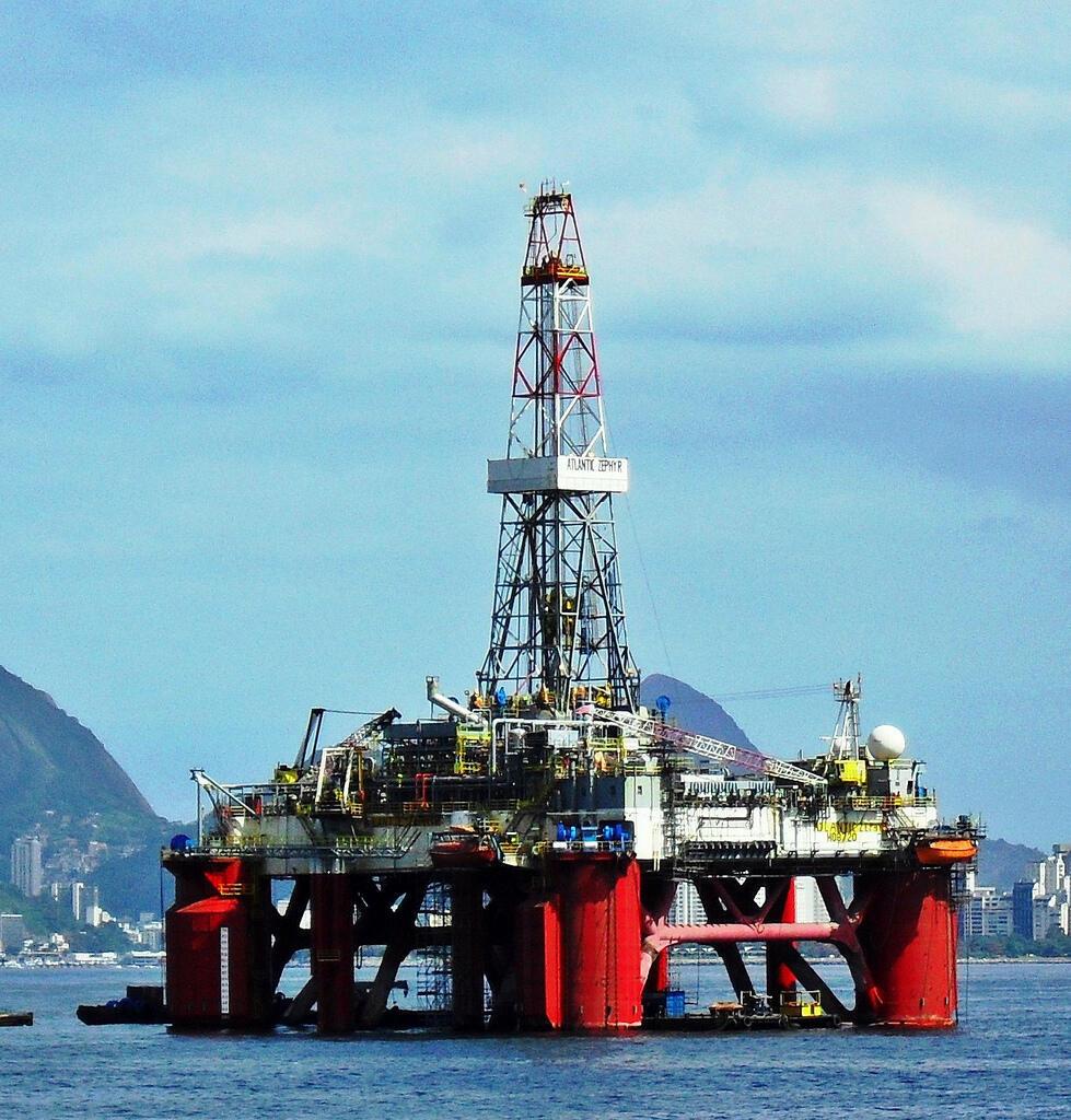 Plataforma petrolífera semi-submersível estacionada na Baía de Guanabara, à frente da Ilha de Boa Viagem (Niterói).