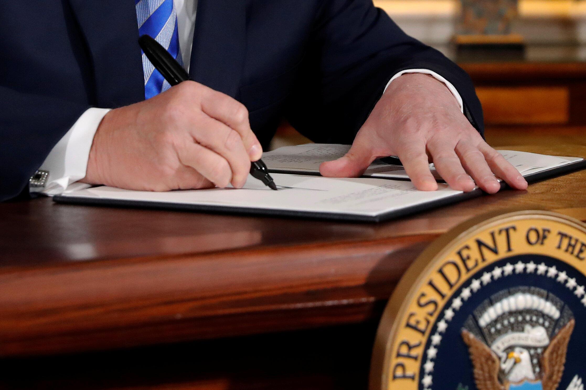 Le président Trump signe le décret actant le retrait des Etats-Unis de l'accord international sur le nucléaire iranien, à la Maison Blanche, le 8 mai 2018.