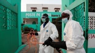 Les services d'hygiène se préparent à désinfecter un centre de santé pour arrêter la propagation du coronavirus à Dakar, au Sénégal, le 1er avril 2020.