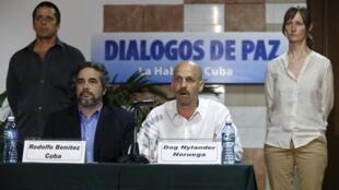 Dag Nylander, representante de Noruega, país garante del proceso de paz, y el cubano Rodolfo Benítez, en La Habana.