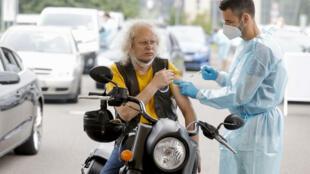"""柏林一家""""驶入即接种""""的新冠疫苗接种点。摄于7月17日。"""