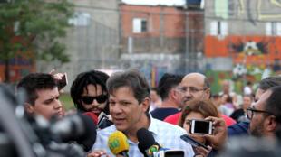 Fernando haddad, candidato a la presidencia de Brasil por el Partido de los Trabajadores (PT), durante un mitin en la periferia de Sao Paulo. 13 de octubre de 2018.