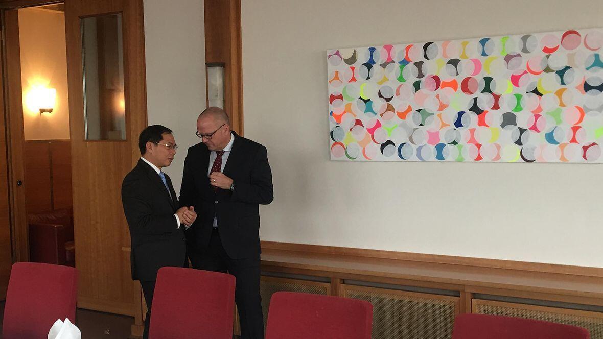 Thứ trưởng Ngoại Giao Việt Nam Bùi Thanh Sơn (T) và quốc vụ khanh bộ Ngoại Giao Đức Andreas Michaelis, Berlin, ngày 01/11/2018