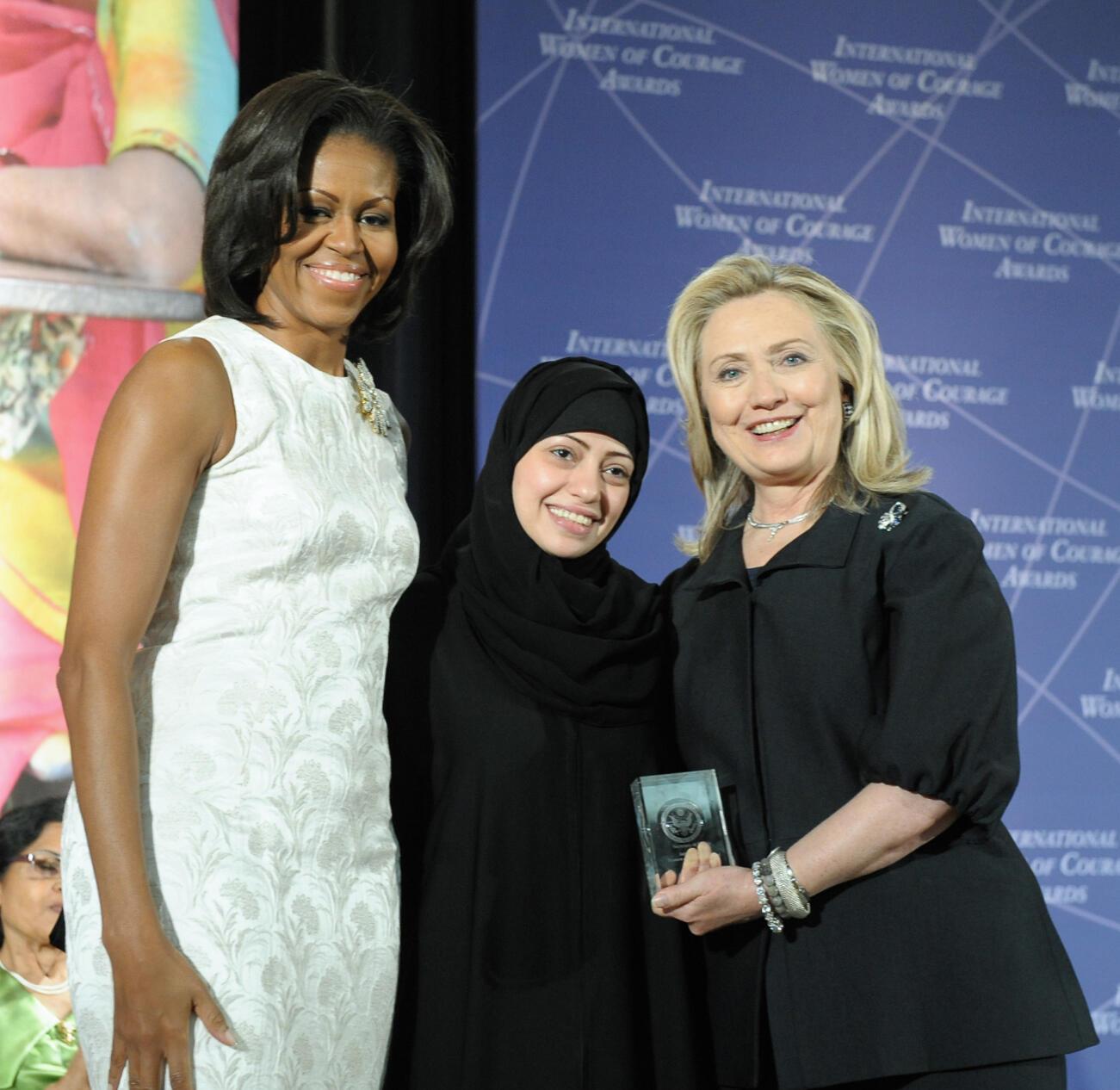 Mai rajin kare hakkin bil'adama Samar Badawi tare da Michelle Obama da Hillary Clinton
