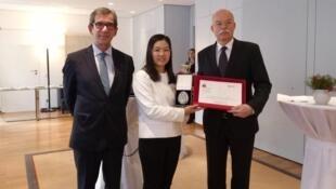 许艳与德国驻华大使葛策(Clemens von Goetze右)和法国驻华大使黎想(Jean-Maurice Ripert)在2018年《德法人权法治奖》颁奖仪式上,2019年1月14日。