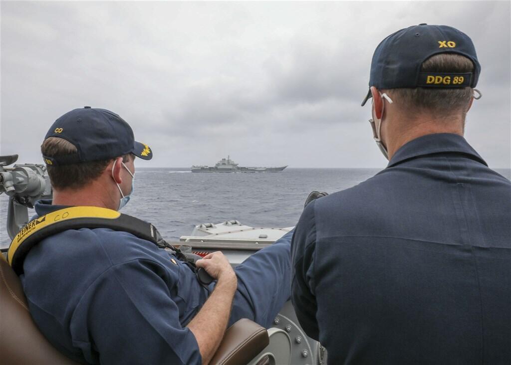 據美國海軍發布照片,美軍驅逐艦馬斯廷號艦長布瑞格斯中校(左)和副艦長斯萊中校4日近距離觀察遼寧號動向。(圖取自美國海軍網頁www.navy.mil)