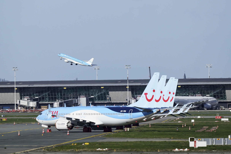 Aviões da companjia aérea TUI estacionados no aeroporto de Bruxelas, em Zaventem, a 12 de Março de 2020.