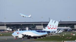 Aeronaves de la aerolínea TUI permanecen estacionadas en el aeropuerto de Bruselas, en Zaventem, el 12 de marzo de 2020