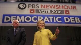 Bernie Sanders et Hillary Clinton lors du 6ème débat de la primaire démocrate le 11 février 2016 à Milwaukee, dans le Wisconsin.