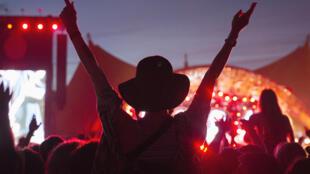 La scène Orange, symbole du festival, a une capacité de 60 000 personnes.