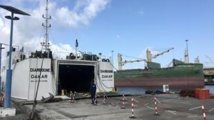 Le ferry Diambogne au port de Dakar, prêt à repartir après six mois d'arrêt lié au Covid-19.
