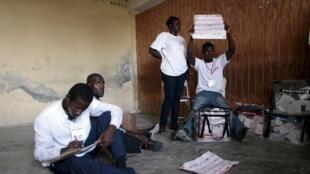 Des agents électoraux, des observateurs et des représentants de partis comptent des bulletins de vote dans un bureau de Port-au-Prince, le 25 octobre 2015. La Commission électorale indépendante a pointé des irrégularités dans l'organisationdu scrutin.